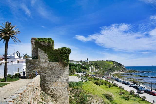 En tu escapada de un día a Tarifa no puedes dejar de pasear por su casco histórico.
