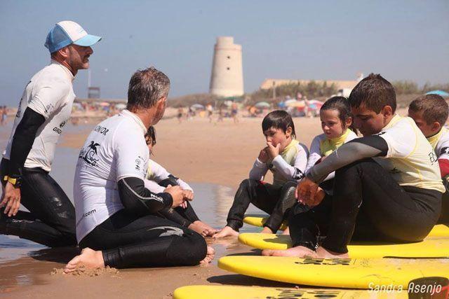 El surf es un deporte que pueden practicar tanto niños como adultos. ¡Gusta a todo el mundo!
