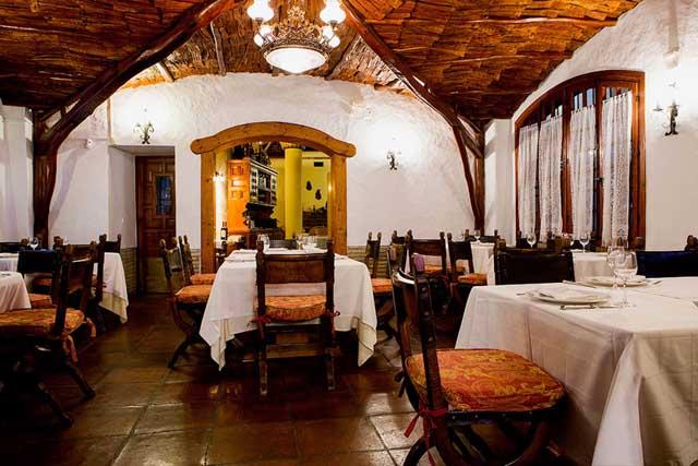 El restaurante mantiene una decoración tradicional que lo hace muy acogedor.
