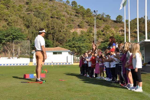 En Family Golf pueden jugar al golf tanto pequeños como mayores, en un ambiente relajada y distendido.
