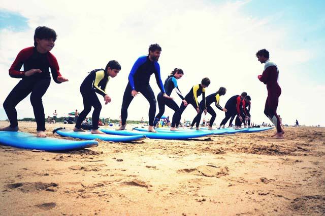 Practicar surf en la provincia de Cádiz es una de las mejores actividades para disfrutar de esta joya andaluza.