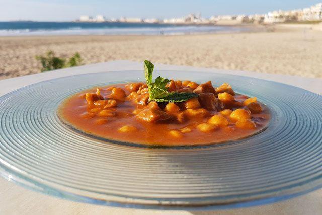 Pikachos es un pequeño oasis situado en la arena de la Playa de Santa María del Mar en Cádiz. En este local podrás disfrutar de una carta de recetas tradicionales e internacionales, increíbles cócteles y unas puestas de sol que quedarán en tu memoria.
