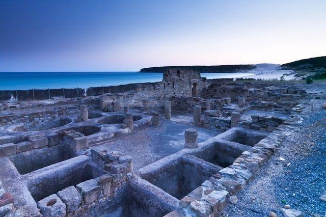 Entre las muchas actividades que puedes hacer durante la Semana Santa en la Provincia de Cádiz, una de ellas debe ser conocer su historia y su cultura. Las ruinas de Baelo Claudia, ubicadas en la Playa de Bolonia (Tarifa), te dejarán boquiabierto.