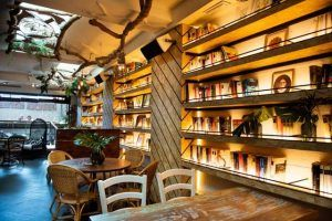 El interior del restaurante Arsenio manila en Cádiz.
