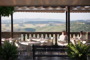 En Califa Tapas podrá disfrutar de una comida relajada e informal en uno de los rincones con mejores vistas panorámicas de Vejer de la Frontera.