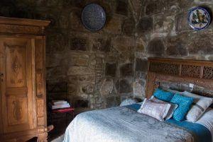 Alojarse en el Hostal El Asturiano de Tarifa es lo más parecido a realizar un viaje en el tiempo. Ubicado en la antigua muralla árabe de la ciudad de Tarifa, te permite dormir en un torreón y rememorar el bello pasado de este rincón del sur. Dispone de habitaciones bien equipadas perfectas para descansar y disfrutar de tu estancia.