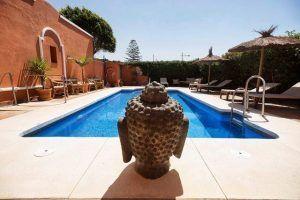 Buda presidiendo la piscina.