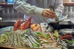 En la Barra de El Faro de Cádiz vivirás una experiencia gastronómica única en un ambiente desenfadado.
