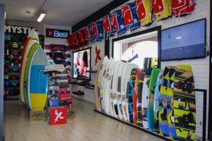 Ozu Tarifa es una de las tiendas y taller de reparaciones de referencia a nivel nacional en el mundo del Windsurf, Kitesurf, Paddle Surf y Surf. Pone a tu disposición las mejores marcas y un servicio de mantenimiento con un gran reconocimiento en todo el sector.