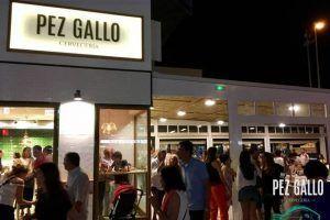 Pez Gallo, en el paseo marítimo de Cádiz, es un lugar para disfrutar de una cerveza, tapear, comer o tomar una copa en compañía de tus amigos.
