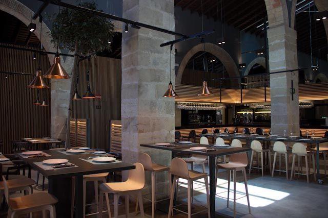 Carlos Saura nos presenta Toro Tapas El Puerto, situado en las Bodegas Osborne, un innovador y vanguardista restaurante. Sabores tradicionales y nuevas técnicas de cocina.