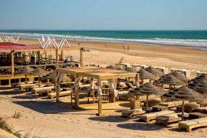 Playa La Barrosa es una playa muy completa, donde poder tomar el sol o incluso tomarte un mojito en alguno de sus chiringuitos.