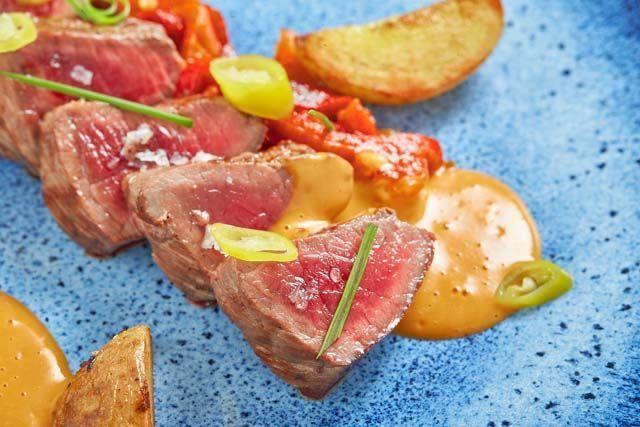 En el Restaurante Arohaz, situado en Zahora, entre Caños de Meca y El Palmar, puedes disfrutar de una excelente cocina de mercado y recetas internacionales. Alberto Reyes nos da todos los detalles para conocer su funcionamiento.