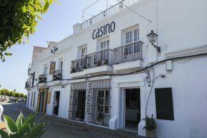 Casino 51 es un multibar situado en la calle Corredera de Vejer de la Frontera. Local con mucho estilo y encanto que va transformándose a lo largo del día.