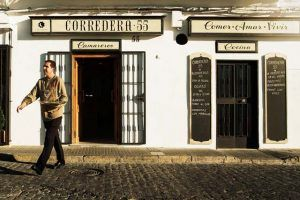 En el restaurante Corredera 55, Vejer de la Frontera, podrás degustar una excelente carta que mezcla recetas tradicionales locales y mediterráneas.