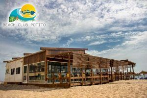 Potito Beach Club es tu chiringuito en la playa de Cádiz donde disfrutar de tapas elaboradas y platos de cocina contemporánea