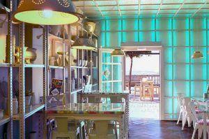La Alacena es un restaurante situado en la conocida Calle Corredera de Vejer de la Frontera donde cocinar con las brasas de encina se convierte en un arte.