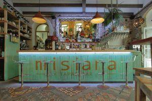 Misiana es un hotel restaurante con encanto situado en pleno centro de Tarifa. Cuidadas y discretas habitaciones completamente equipadas, ubicación ideal, servicio atento y un restaurante gastrobar muy agradable, son las principales señas de identidad de uno de los locales más carismáticos de este municipio marinero de la provincia de Cádiz.
