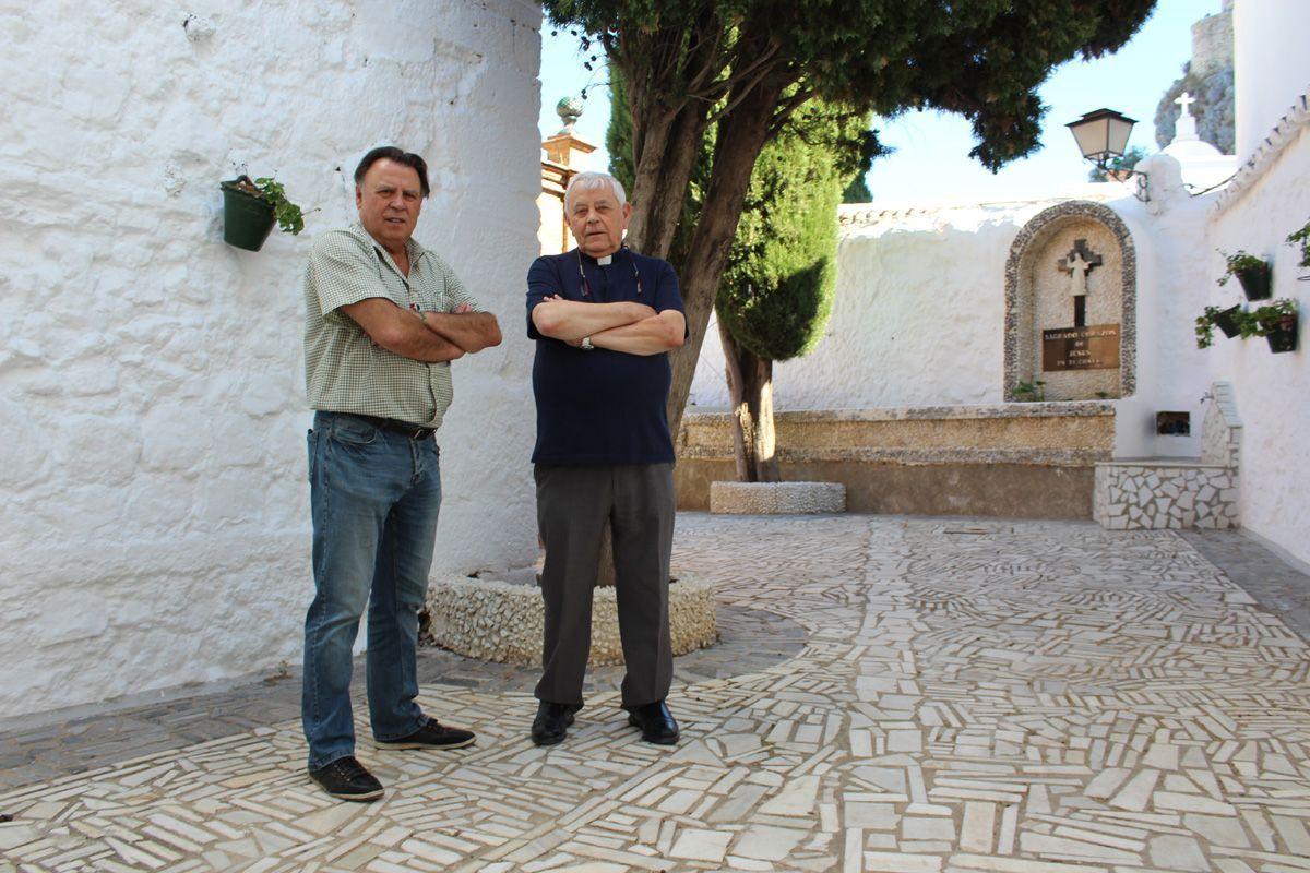 El alcalde de Olvera, Francisco Párraga, y el párroco del municipio, Juan Manuel Caballero de las Olivas.