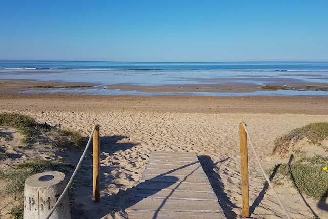 La playa es ideal para dar largos paseos al atardecer.