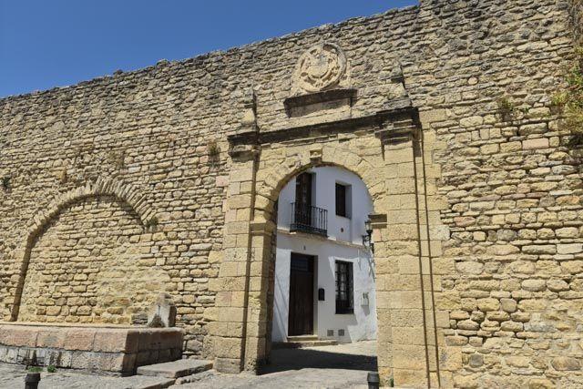 Ronda – Vista de la Puerta de Almocábar y murallas
